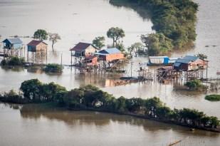 Pokud domy na jezeře neplavou, jsou na vysokých kůlech