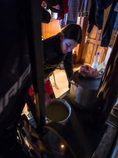 Dámská část výpravy připravuje zlatý hřeb večera, hrachovku z pytlíku