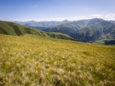 Na druhou stranu ze sedla Nakle do údolí Gometsara cesta nejprve mírně klesá po loukách