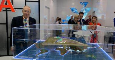 """صور.. رئيس """"اقتصادية قناة السويس"""" يعرض أول ماكيت للمنطقة الاقتصادية الروسية"""