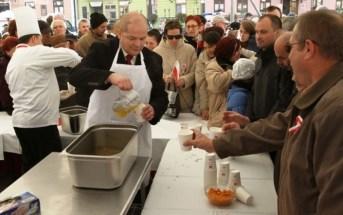 fot.: Prezydent Andrzej Nowakowski częstuje rosołem z gęsiny na Starym Rynku, 11 listopada 2013 r.