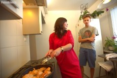 Mariola Rączkowska w trakcie przygotowania królika w pieczarkach