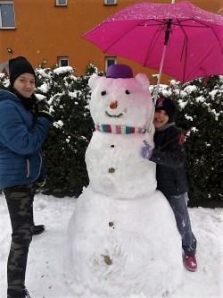Bałwanka wykonały Maja i Kamila Kalinowskie