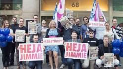 Här står Sverigedemokraterna utanför socialdemokraternas klassiska lokal på Sveavägen 68 i augusti 2015. Det kanske är dags för S att flytta till något mindre... Foto: SD