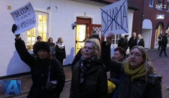 Några kloka kvinnor demonstrerar mot islam. Skärmdump från SVT.