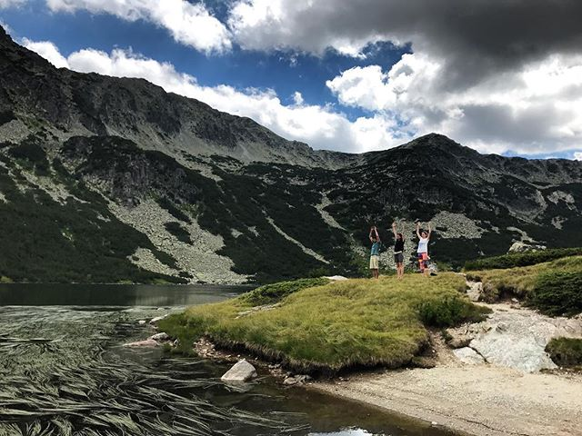 Drafted #August - an afternoon yoga session at the lake next to one of the most beautifully located mountain huts in Bulgaria. Followed by fresh salads (those tomatoes!) and 🍻 in the sun. And the brutal realization that the last time I saw the Granchar lake was exactly 20 years ago. #Bulgaria #mountains #mountainlake #nomadstories #drafted2017