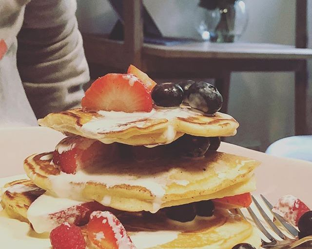 Friday. Fabulous breakfast on the last day of the #humanmade ops meetup. Thanks @______.zoe ❤️ #UK #Matlock #traveldiaries #nomadstories #pancakes