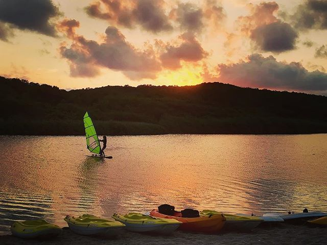 Surfing at sunset. I'm really gonna miss this. (So grateful to the kind stranger who took this shot and waited for me on the riverbank for half an hour to let me know how beautiful it was and that he wanted me to have it!) . . . . . . . #Sinemorec #Sunset #windsurfing