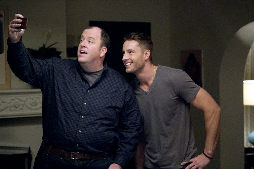 THIS IS US -- Pilot -- Pictured: (l-r) Chris Sullivan as Toby, Justin Hartley as Kevin -- (Photo by: Paul Drinkwater/NBC)