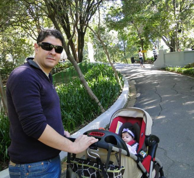 Bela e o papai curtindo as áreas verdes de São Paulo