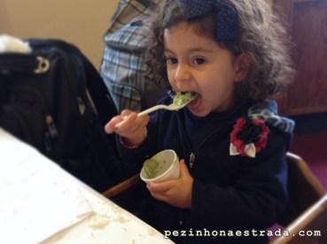 Bela se esbaldando no sorvete de chá verde