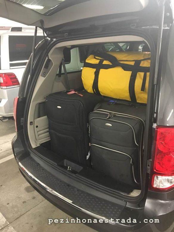 Nossa bagagem muito bem acomodada no porta-malas do Dodge Grand Caravan.