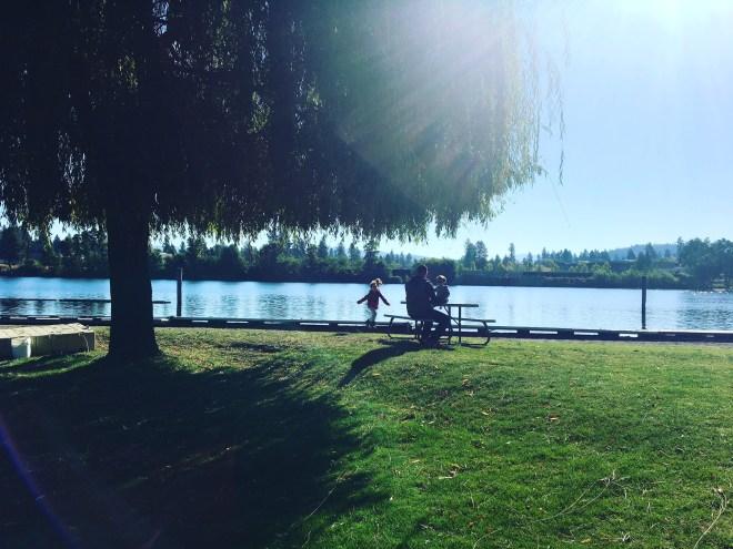 Família curtindo a vista do lago, no Blackwell Island RV Park