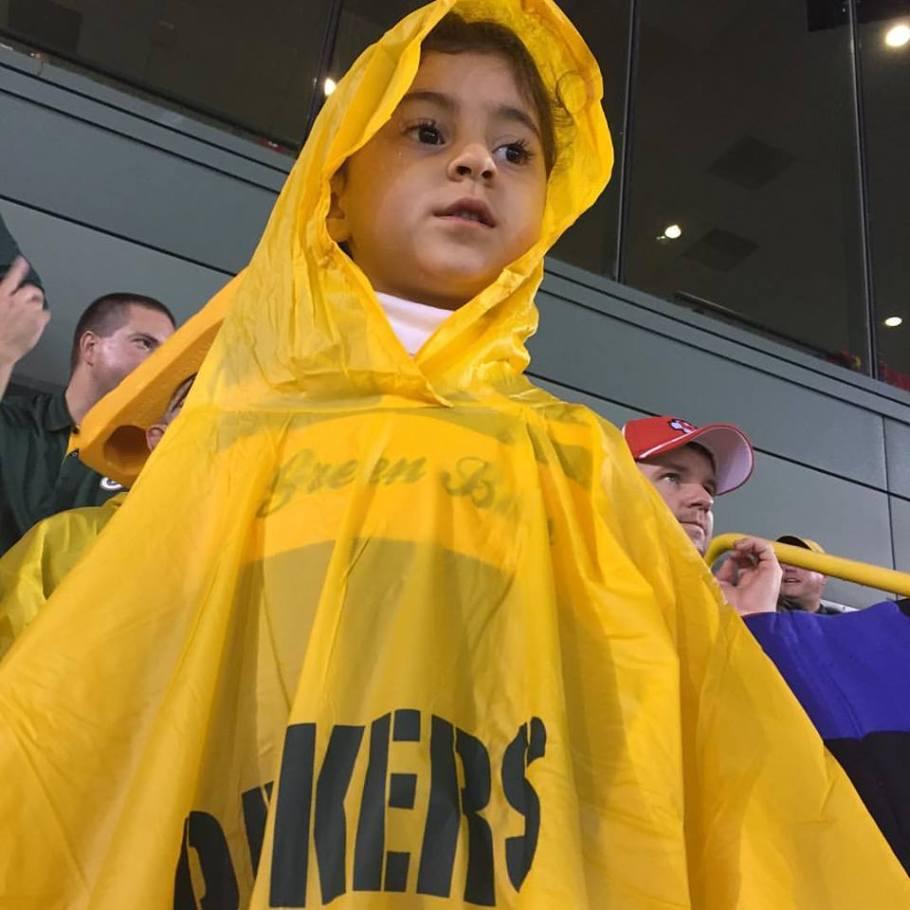 A Bela curtindo o jogo dos Packers na chuva