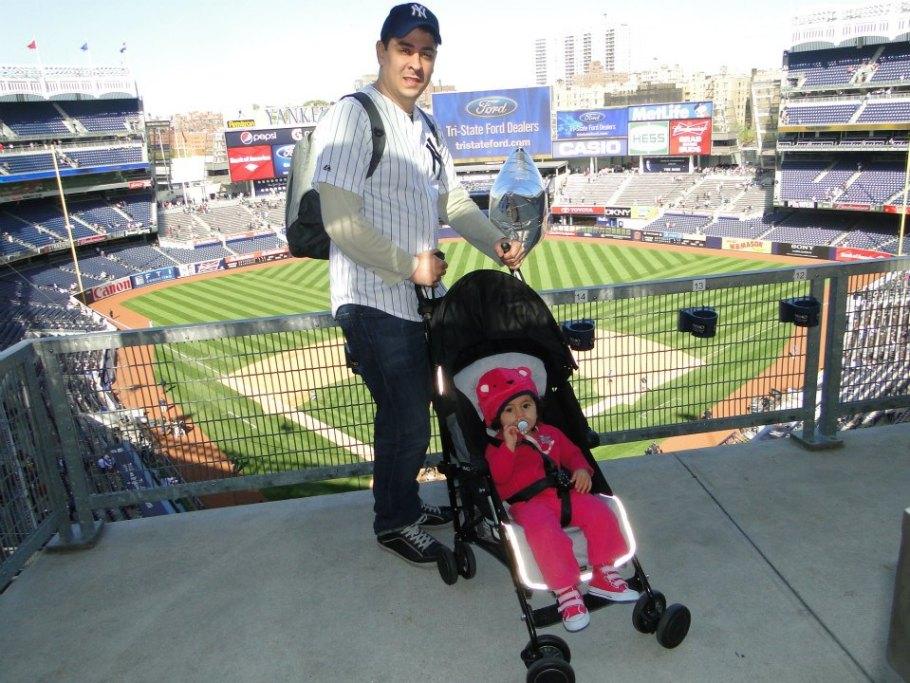 Com o carrinho de bebê, no Yankee Stadium