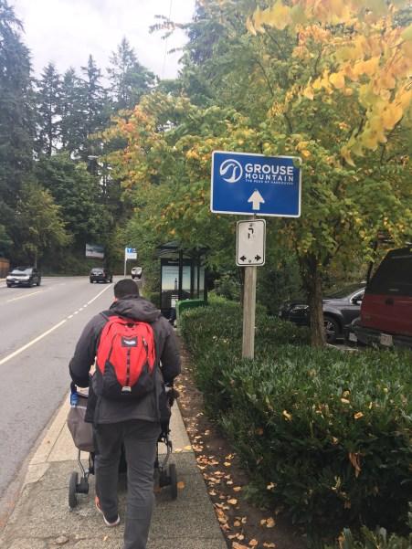 Placas indicam o local de onde sai o shuttle para a Groude Mountain. O ponto do ônibus é em frente ao parque Capilano.