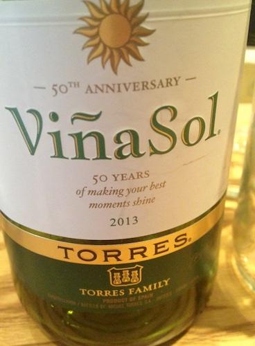 Parellada and Garnacha Blanca. Fruchtig, leicht und frisch. Der Wein für die Sangria.