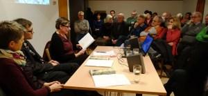 Dr. Berend Feddersen mit seinen Buch-Ko-Autorinnen Barbara Stäcker (links) und Dorothea Seitz beim Zitieren aus ihrem Buch