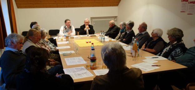Die Referenten und Vertreter der beiden Kirchen Dr. Stefan Koch (links) und Dr. Wolfgang Schwab bei ihrem Gespräch vor den interessierten Zuhörern aus dem Pfarrverband Aufkirchen und der evangelischen Gemeinde Starnberg
