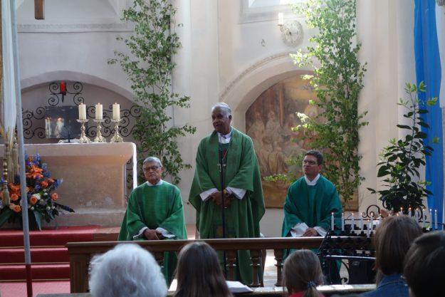 Bischof Paul Maipan bei seiner Predigt in Aufkirchen mit Pfarrer Wandachowicz und Diakon Weber. Die Übersetzung der Predigt aus dem Englischen besorgte Studiendirektor W. Sagmeister