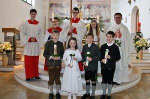 Pfarrer Wandachowicz mit den Erstkommunikanten in Höhenrain