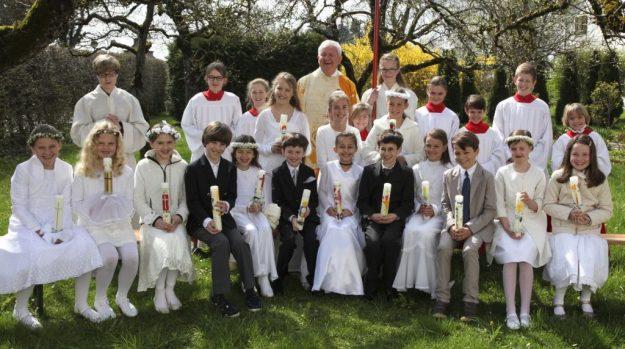 Pfarrer Frania mit den Aufkirchener Erstkommunikanten am 10.04.