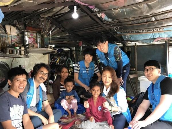 ▲ 올해로 7년째 캄보디아 봉사활동 워크샵을 떠난 NSHC 직원들. 가정 형편이 어려워 전시를 사용하지 못하는 열악한 수상가옥 가정에 태양광 전구를 설치하는 프로그램을 진행했다.