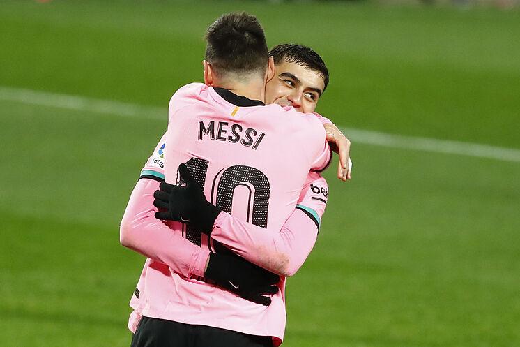 Messi bendice a Pedri   LaLiga Santander 2020 - 2021