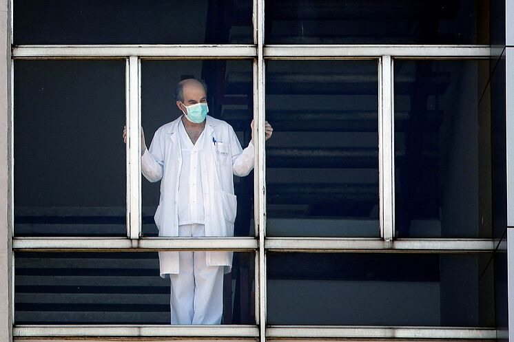 A worker at the University Hospital of A Coru