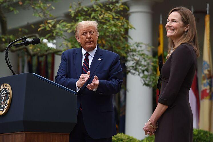 Trump, junto a la nueva juez del Supremo, Amy Coney Barrett.
