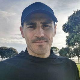 Iker casillas posa ataviado con una gorra en plena... | MARCA.com