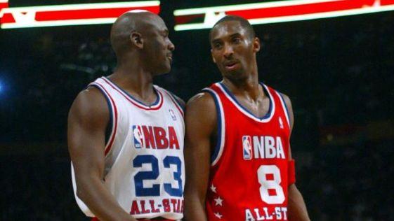 Jordan y Kobe hablan durante el partido All Star de Atlanta en 2003.