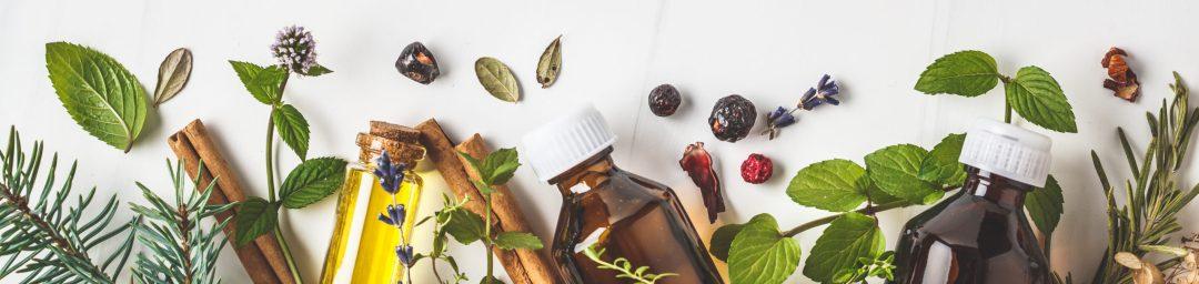 flacons d'huiles essentielles, plantes et médecine naturelle