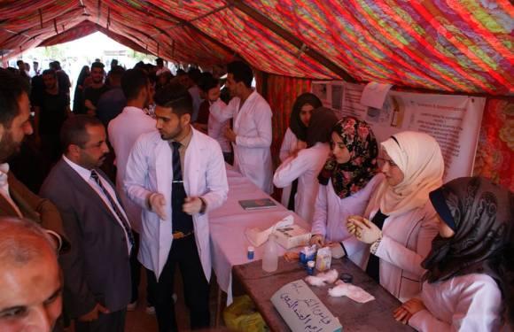 سوق خيري اقامه طلبة كلية الصيدلة على هامش المعرض يعود ريعه للاعمال الخيرية