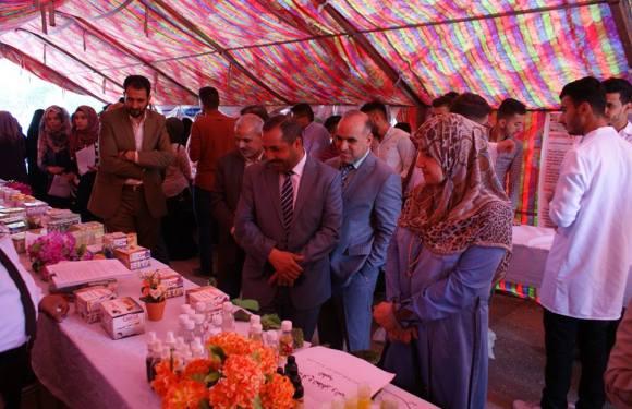 جانب من معرض كلية الصيدلة الذي تضمن منتجات طبية ودوائية تم عرضها بمناسبة يوم الجامعة