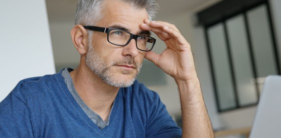 Άνδρας με στυτική δυσλειτουργία ακουμπάει σε γραφείο | ΦΑΡΜΑΣΕΡΒ - ΛΙΛΛΥ