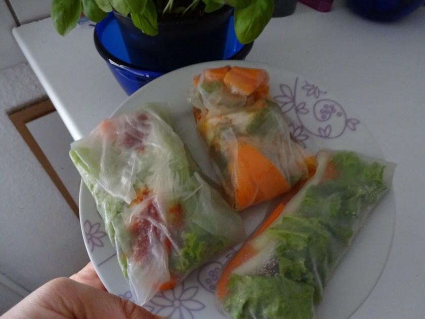 Gemüse in Reispapier eingewickelt. Drei dieser Rollen liegen auf einem Teller. Wenn man auf das Bild klickt gelangt man zum eiweißarmen Rezept für Menschen mit PKU.