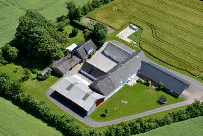 Dronebillede af gård-1-400x267