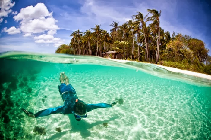 A local fisherman showing how clear the Linapacan waters are