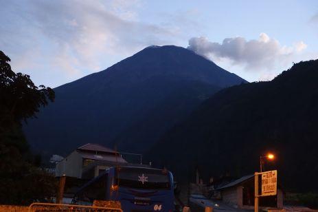 Tungurahua, gegenwärtig aktiv, wie man sieht.