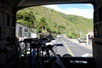 Anstatt alles wieder bergauf zu strampeln luden wir Bikes und uns selber auf einen Lastwagen