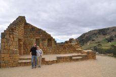 Vor den fugenlosen Mauern Ingapircas (Sonnentempelruine)