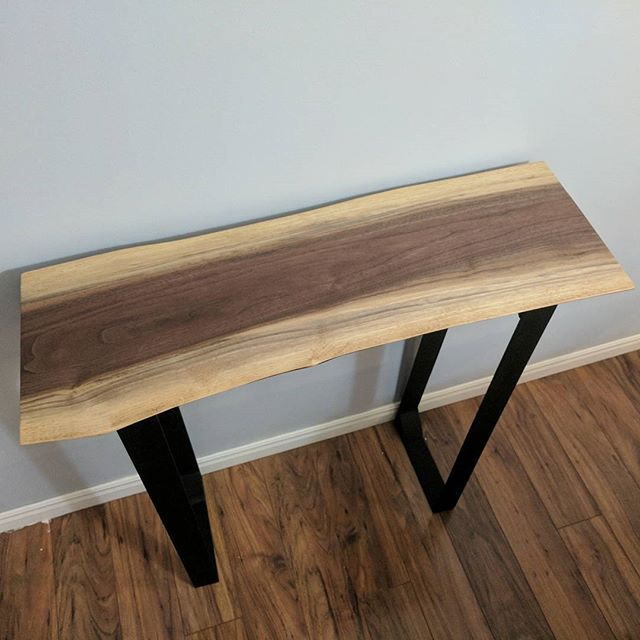 Just finished this little live egde Walnut front entrance way table for my friend @m_leal #woodworking #wood #makeshit #diy #liveedge #walnut
