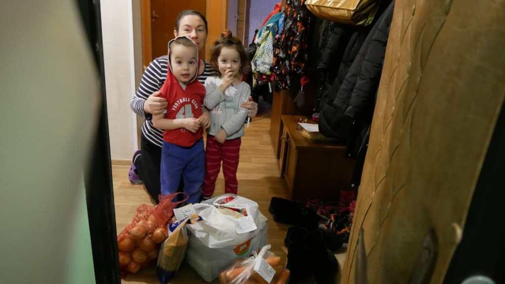 Россияне дарят подарки нуждающимся, чтобы помочь им пережить карантин