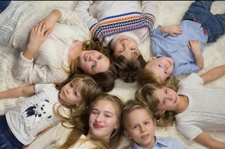 «Была тихая гавань, а тут раз! – и шторм»: как семья в Асбесте разом приняла 6 детей