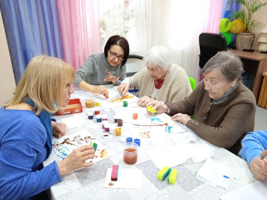 Старшие — старшим. В Петербурге и Москве запустили проект помощи людям с деменцией от серебряных волонтеров