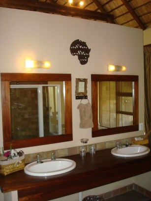 Inyati Executive Chalet bathroom