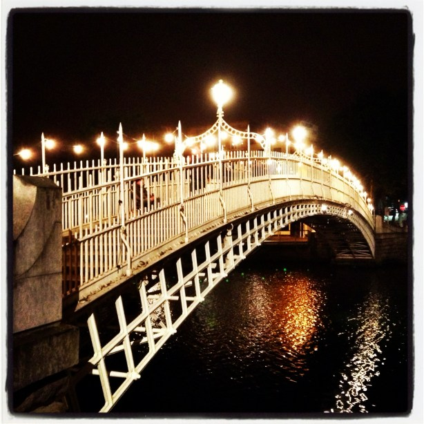 The Ha'Penny bridge in Dublin at night