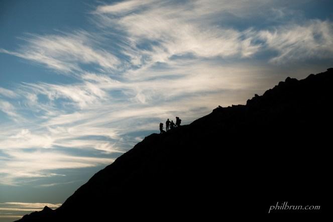 Des randonneurs s'arrêtent dans la montée pour se restaurer.