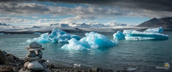 On voit ici dans un rare rayon de soleil le bleu de la glace et au fond les gigantesques glaciers d'où ces morceaux viennent !